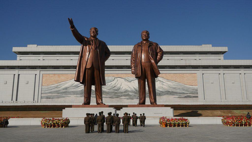 El gran monumento de la colina Mansu, en Pionyang, representando a Kim Il-sung (izquierda) y Kim Jong-il (derecha).